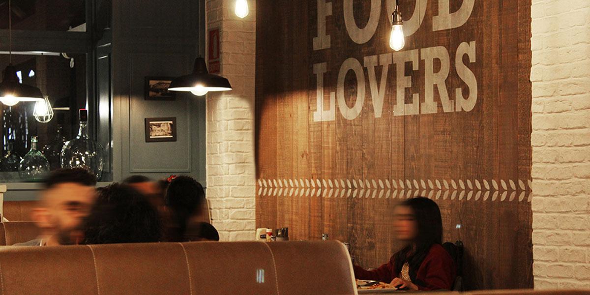 Si quieres conocer Palma de Mallorca, no puedes pasar por alto la oportunidad de entrar a disfrutar de una hamburguesa gourmet en la Pepita Burger Bar. Cocina de autor con productos sanos y de temporada que te harán disfrutar de nuestra carta.