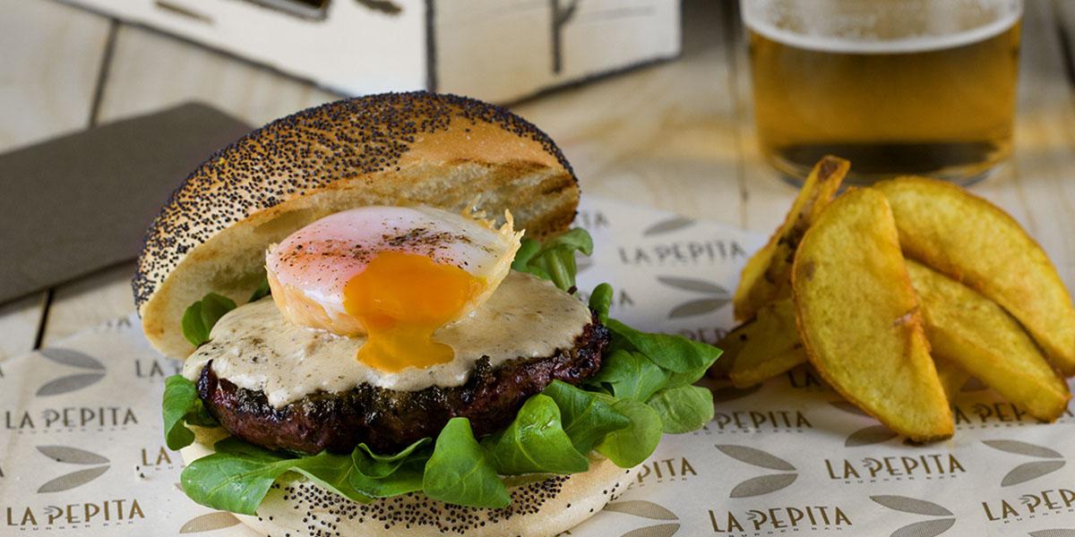 Un nuevo concepto gastronómico, cocina de autor cuyo plato principal es la hamburguesa gourmet. Ingredientes sanos y de calidad. Cocina innovadora. Convierte la burger del mes en tu favorita y se quedará en la carta para siempre.